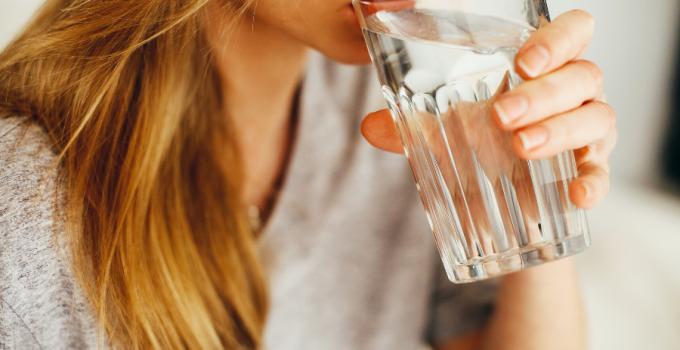 beneficios de tomar agua antes del desayuno, beneficios de tomar agua a la noche, beneficios de tomar agua a cada hora