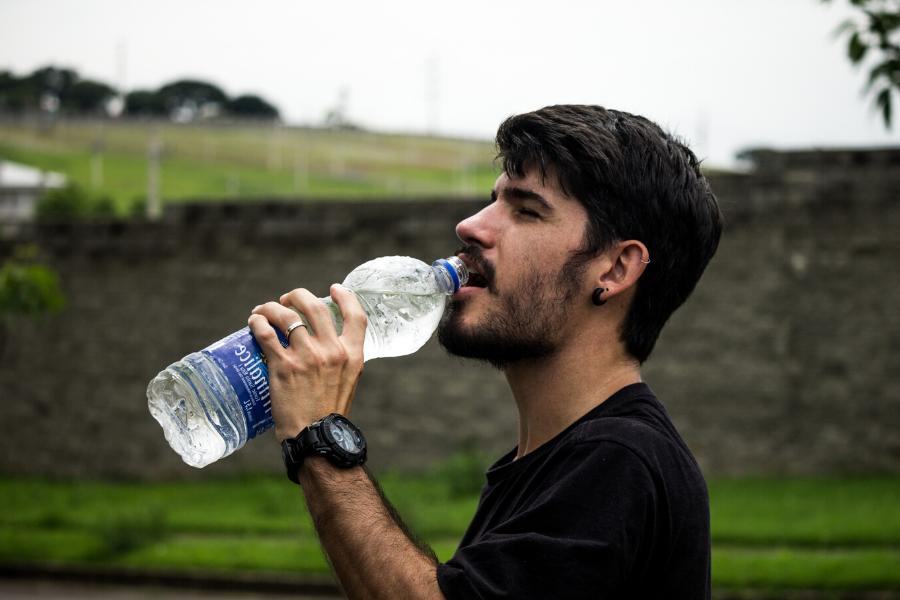 beneficios de tomar agua con gas, beneficios de tomar agua antes de dormir, beneficios de tomar agua al despertar